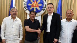 Davao, 2017. március 27. A Külgazdasági és Külügyminisztérium (KKM) által közreadott képen Rodrigo Duterte Fülöp-szigeteki államfõ (b2) és Szijjártó Péter külgazdasági és külügyminiszter (b3) találkozója Davaóban 2017. március 27-én. Balról Enrique Manalo Fülöp-szigeteki külügyminiszter, jobbról Delfin N. Lorenzana védelmi miniszter. MTI Fotó: KKM