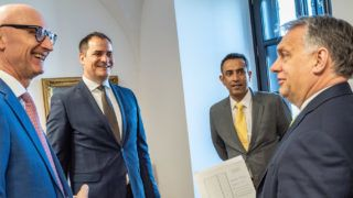 Budapest, 2019. március 29. A Miniszterelnöki Sajtóiroda által közreadott képen Orbán Viktor miniszterelnök (j), Timotheus Höttges, vezérigazgató, Deutsche Telekom AG (b), Rékasi Tibor vezérigazgató, Magyar Telekom Nyrt. (b2) és Srinivasan Gopalan, a Deutsche Telekom Csoport Európáért felelõs Igazgatósági tagja a Karmelita kolostorban, ahol a kormányfõ fogadta a Deutsche Telekom vezetõit 2019. március 29-én. MTI/Miniszterelnöki Sajtóiroda