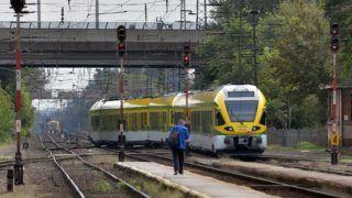 Budapest, 2014. szeptember 15. A GYSEV (Gyõr–Sopron–Ebenfurti Vasút Zrt.) számára készülõ Flirt-motorvonatok közül az elkészült 505-ös és 506-os pályaszámú motorkocsi Rákospalota-Újpest vasútállomáson 2014. szeptember 15-én. A Stadler lengyelországi összeszerelõ-üzemébõl Sopronba tartó jármûvek szürke védõfóliával takart kocsiszekrénye a szolnoki Stadler gyártóbázisán készült. MTI Fotó: Máthé Zoltán