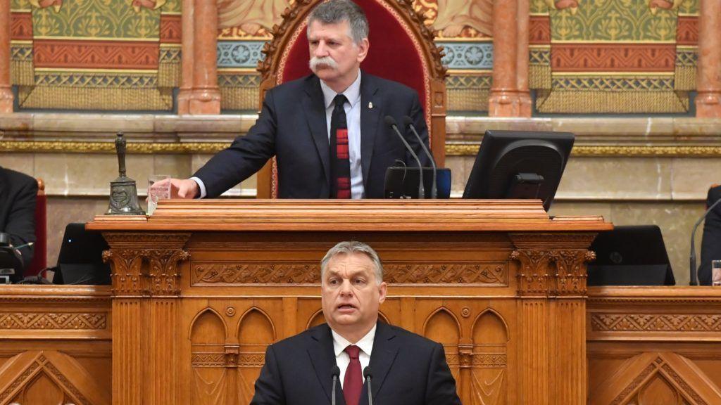 Budapest, 2018. május 18. Orbán Viktor miniszterelnök beszédet mond az Országgyûlés plenáris ülésén 2018. május 18-án. Mögötte Kövér László házelnök. MTI Fotó: Máthé Zoltán