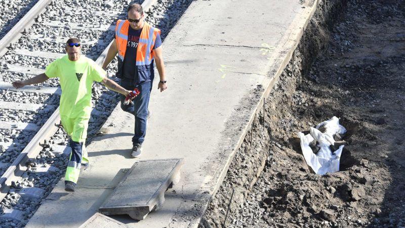 Budapest, 2019. július 11. A vágányfelújítási munkálatok közben elõkerült második világháborús robbanótest (jobbról) a Rákospalota-Újpest vasútállomáson 2019. július 11-én. A robbanószerkezetet elõreláthatóan ezen a napon hatástalanítják. A mûvelet idejére az állomást lezárják, a vonatközlekedés korlátozása várható a Budapest-Vác-Szob és a Budapest-Veresegyház-Vác vonalon. MTI/Máthé Zoltán