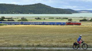 Aszófõ, 2019. július 14. Az M62,194-es dízelmozdony továbbítja a Tekergõ gyorsvonatot Aszófõnél 2019. július 13-án. A MÁV Start Zrt. a vasutasnap alkalmából nosztalgia-hétvégét rendezett a Balaton északi partján, a rendezvény során az ötven évnél idõsebb, népszerû dízelmozdonyok vontatják a menetrendszerinti vonatokat. MTI/Máthé Zoltán