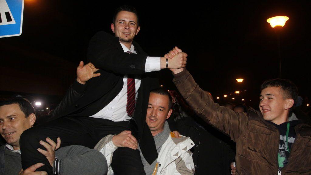 Ózd, 2014. november 9. Janiczak Dávidot, a Jobbik jelöltjét viszik a vállukon a párt szimpatizánsai, miután megnyerte a megismételt polgármester-választást Ózdon 2014. november 9-én. A városban az október 12-i polgármester-választást azért kellett megismételni, mert az eredményt a Debreceni Ítélõtábla megsemmisítette. MTI Fotó: Vajda János