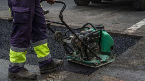 Tatabánya, 2019. március 12. Javítják az útburkolatot az M1-es autópályán Tatabányánál 2019. március 13-án. MTI/Bodnár Boglárka