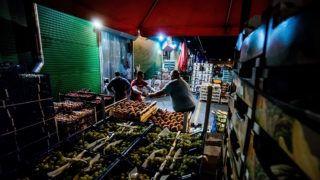 Budapest, 2016. szeptember 22.Árusok a 25 éves fővárosi nagybani piacon a Nagykőrösi úton 2016. szeptember 21-én este.MTI Fotó: Balogh Zoltán