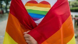 Budapest, 2018. július 7. Szivárványszínû szív egy résztvevõ pólóján az LMBTQ-közösség (leszbikus, meleg, biszexuális, transznemû és queer emberek) fesztiválja, a 23. Budapest Pride felvonulásán a fõvárosi Andrássy úton 2018. július 7-én. MTI Fotó: Balogh Zoltán