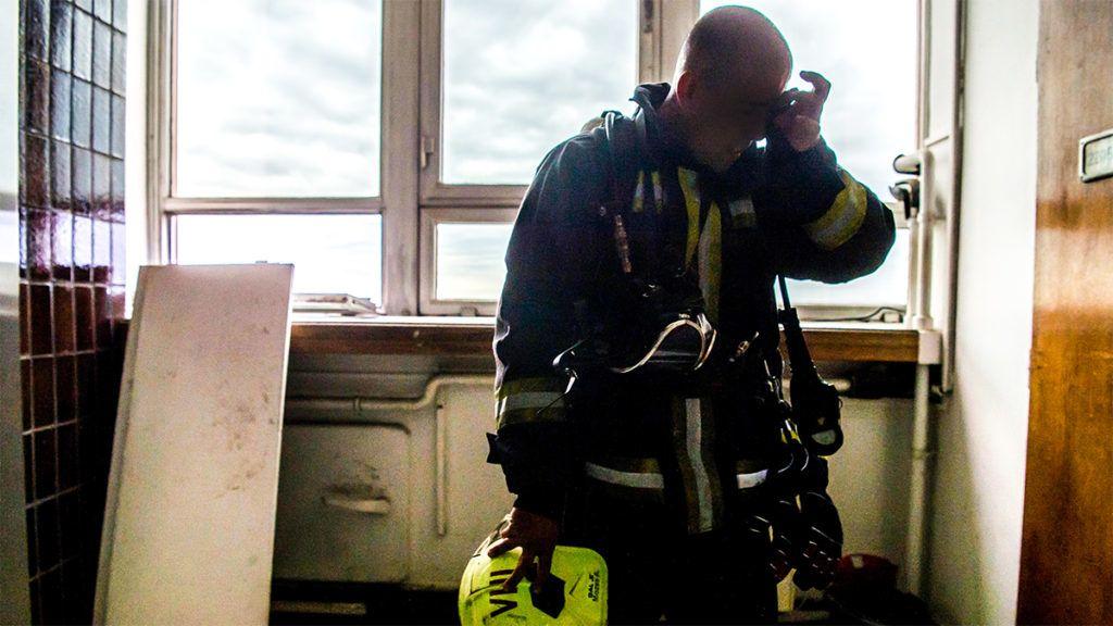 Budapest, 2018. szeptember 22.Résztvevő pihen a katasztrófavédelem országos lépcsőfutó bajnokságán a Semmelweis Egyetem Nagyvárad téri épületének lépcsőházában 2018. szeptember 22-én. A rajthoz álló tűzoltóknak teljes felszerelésben kellett teljesíteni a huszonkét emeletes versenytávot.MTI Fotó: Balogh Zoltán