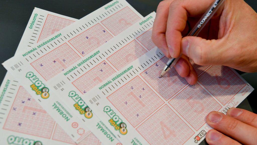 Debrecen, 2019. március 22.Lottószelvényeket tölt ki egy játékos Debrecenben, a Szerencsejáték Zrt. Darabos utcai lottózójában 2019. március 22-én. Minden idõk harmadik legnagyobb nyereménye, 3,414 milliárd forint a tét az Ötöslottó hétvégi sorsolásán.MTI/Czeglédi Zsolt