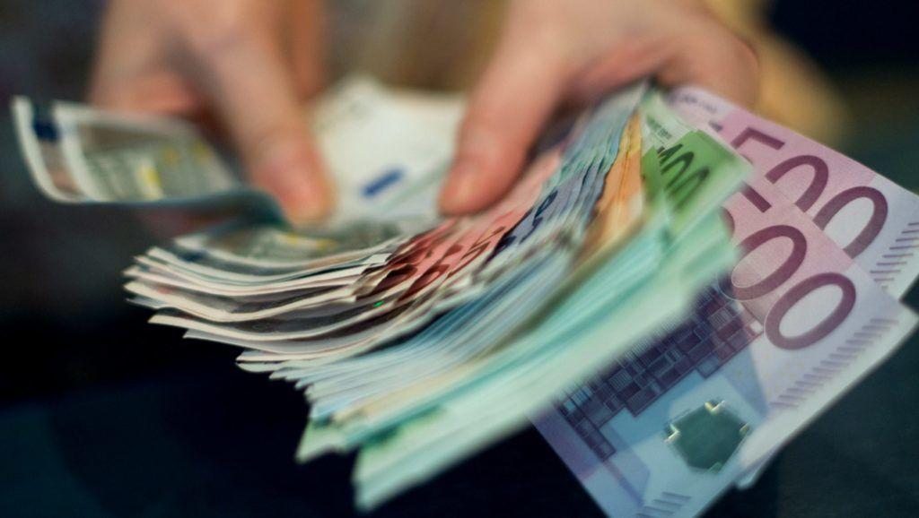 Budapest, 2011. augusztus 5. Euró bankjegyeket számol egy pénzváltó alkalmazottja Budapesten. MTI Fotó: Kollányi Péter