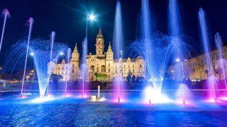 Gyõr, 2016. április 21. A felújított szökõkút színes kivilágításban Gyõr belvárosában, a Megyeháza téren 2016. április 21-én, az átadás napján. Az 1970-es évben épült szökõkutat teljesen felújították 70 millió forintból. A vízsugarak a nap több szakában zenére váltakoznak, este pedig díszkivilágításban láthatók. MTI Fotó: Krizsán Csaba