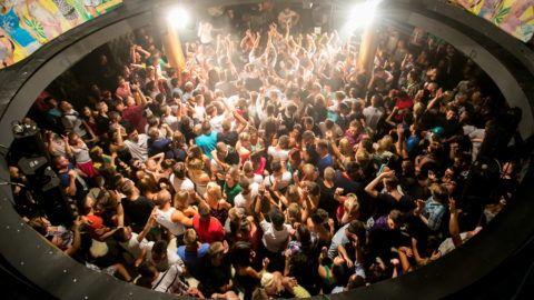 Siófok, 2012. július 28. Fiatalok táncolnak Chris Lake skót DJ mûsorán a siófoki Palace Dance Clubban 2012. július 28-án. MTI Fotó: Mohai Balázs
