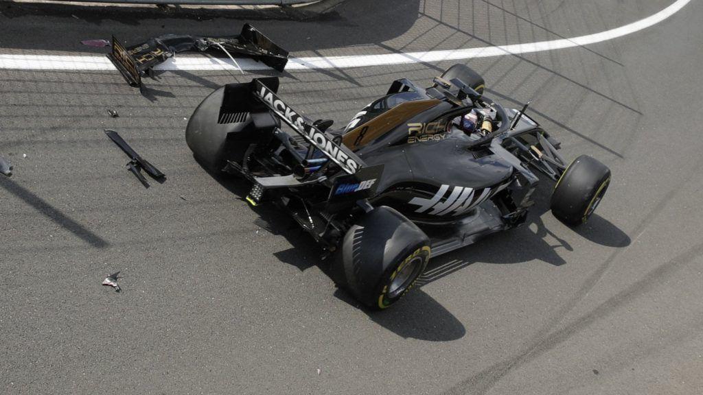 Silverstone, 2019. július 12. Romain Grosjean, a Haas francia versenyzõje a szalagkorlátnak csapódott a Forma-1-es autós gyorsasági világbajnokság Brit Nagydíjának elsõ szabadedzésén a silverstone-i versenypályán 2019. július 12-én, két nappal a futam elõtt. MTI/AP/Luca Bruno