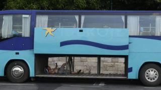Budapest, 2019. június 27. Egy férfi hûsöl egy turistabusz kinyitott csomagterében az Újpesti rakpartnál 2019. június 27-én. MTI/Máthé Zoltán