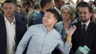 Kijev, 2019. július 21. Volodimir Zelenszkij államfõ szavaz az elõrehozott ukrán parlamenti választáson Kijevben 2019. július 21-én. Zelenszkij május 20-i beiktatatása után jelentette be, hogy feloszlatja a törvényhozást és rendkívüli választást ír ki. MTI/AP/Jevgenyij Maloletka