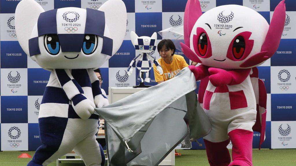 Tokió, 2019. július 22. Miraitova (b), a 2020-as tokiói nyári olimpia és Szomeiti, a paralimpia kabalfigurái bemutatják a Miraitova nevû robotot (k) a tokiói stadionban 2019. július 22-én. A tokiói nyári olimpiai játékokat 2020. július 24. és augusztus 9. között rendezik. Az elsõ versenynap egy év múlva, július 22-én lesz. A Toyota cég olyan intelligens robotokat fejlesztett ki a játékokra, amelyek a mozgássérült sportolókat, a szurkolókat és segítõik életét teszik majd könnyebbé, ételeket és italokat fognak felszolgálni a nézõknek, valamint az atlétikai versenyek idején dolgoznak majd a központi stadionban. MTI/EPA/Majama Kimimasza