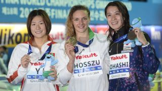 Kvangdzsu, 2019. július 28. Az aranyérmes Hosszú Katinka (k), mellette a második helyezett kínai Je Si-ven (b), jobbról a bronzérmes japán Ohasi Jui a a nõi 400 méteres vegyesúszás eredményhirdetése után a 18. vizes világbajnokságon a dél-koreai Kvangdzsuban 2019. július 28-án. MTI/Kovács Tamás