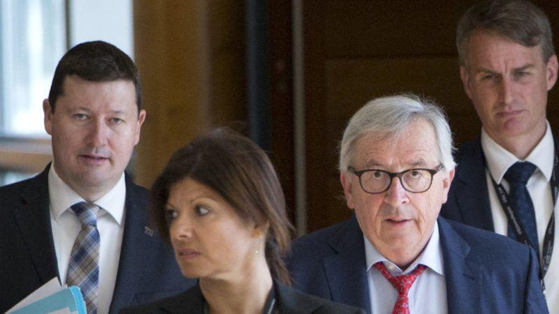 Brüsszel, 2019. június 18. Jean-Claude Juncker, az Európai Bizottság elnöke (b3) és Martin Selmayr, a testület fõtitkára (b) a bizottság hetenkénti ülésére érkezik Brüsszelben 2019. június 18-án. MTI/AP/Virginia Mayo