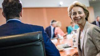 Berlin, 2019. július 17. Ursula von der Leyen távozó német védelmi miniszter, az Európai Bizottság megválasztott elnöke (j) a heti kormányülésen a berlini kancellári hivatalban 2019. július 17-én. Balról Jens Spahn egészségügyi miniszter. MTI/EPA/Clemens Bilan