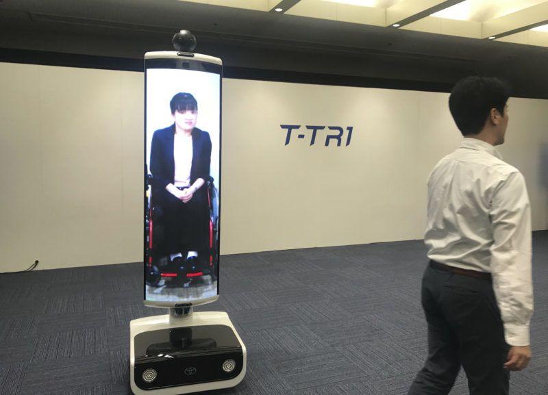 Tokió, 2019. július 22. Bemutatják a Toyota cég tokiói székházában 2019. július 22-én a 2020-as tokiói nyári olimpiára kifejlesztett robotok egyikét, amelyet az atlétikai pályán a gerelyek, diszkoszok összegyûjtésében alkalmaznak majd. A tokiói nyári olimpiai játékokat 2020. július 24. és augusztus 9. között rendezik. Az elsõ versenynap egy év múlva, július 22-én lesz. A Toyota cég olyan intelligens robotokat fejlesztett ki a játékokra, amelyek a mozgássérült sportolókat, a szurkolókat és segítõik életét teszik majd könnyebbé, ételeket és italokat fognak felszolgálni a nézõknek, valamint az atlétikai versenyek idején dolgoznak majd. MTI/AP/Kagejama Juri