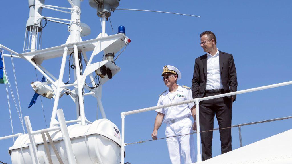 Trieszt, 2019. július 5. A Külgazdasági és Külügyminisztérium által közreadott képen Szijjártó Péter külgazdasági és külügyminiszter (j) az olasz parti õrség hajóján Trieszt kikötõjében 2019. július 5-én. Magyarország egy 300 méter hosszú partszakasszal rendelkezõ 32 hektáros területet vásárolt meg Trieszt kikötõjében 31 millió euróért, 60 éves koncessziós szerzõdés keretében. MTI/KKM/Burger Zsolt