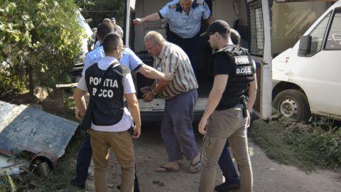 Caracal, 2019. július 28. Rend?rök letartóztatják az egy 15 éves lány elrablásával és meggyilkolásával vádolt George Dinca román férfit caracali házának udvarán, a b?ncselekmény helyszínén 2019. július 27-én. A román belügyminiszter leváltotta többek között az országos rend?rf?kapitányt, miután a hatóságok sorozatos mulasztások miatt nem tudták megakadályozni a lány meggyilkolását. Bukarestben több ezren tüntettek az ügy kezelése, a román tisztvisel?k gondatlansága és az empátia hiánya miatt. MTI/AP/Bogdan Danescu