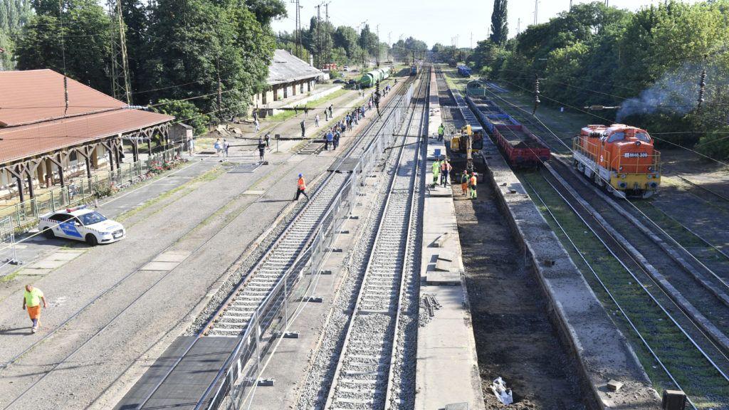 Budapest, 2019. július 11. A vágányfelújítási munkálatok közben elõkerült második világháborús robbanótest (az elõtérben jobbról) a Rákospalota-Újpest vasútállomáson 2019. július 11-én. A robbanószerkezetet elõreláthatóan ezen a napon hatástalanítják. A mûvelet idejére az állomást lezárják, a vonatközlekedés korlátozása várható a Budapest-Vác-Szob és a Budapest-Veresegyház-Vác vonalon. MTI/Máthé Zoltán