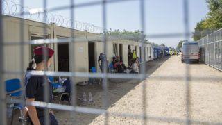 Röszke, 2015. szeptember 18.Rendőrök és migránsok a röszkei határátkelőnél kialakított áteresztési ponton 2015. szeptember 18-án.MTI Fotó: Rosta Tibor