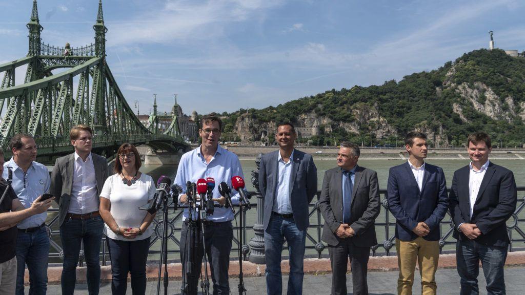 Budapest, 2019. július 5. Karácsony Gergely, az MSZP-Párbeszéd fõpolgármester-jelöltje (b4) sajtótájékoztatót tart az õszi önkormányzati választásról Budapesten, a Szabadság híd pesti hídfõjénél 2019. július 5-én. Mellette Béres András, a Párbeszéd óbudai képviselõje, Hajnal Miklós, a Momentum elnökségi tagja, Gy. Németh Erzsébet, a Demokratikus Koalíció (DK) fõvárosi közgyûlési képviselõje, Molnár Zsolt, a Magyar Szocialista Párt (MSZP) budapesti választmányának elnöke, Élõ Norbert, a DK budapesti koordinációs tanácsának tagja, Bencsik János, a Jobbik budapesti elnöke és Kanász-Nagy Máté, a Lehet Más a Politika (LMP) országos elnökségének titkára (b-j). Hat ellenzéki párt, az MSZP, a Párbeszéd, a DK, a Jobbik, az LMP és a Momentum megállapodott arról, hogy az õszi önkormányzati választáson közösen támogatott jelölteket indítanak az összes budapesti kerületben. MTI/Szigetváry Zsolt