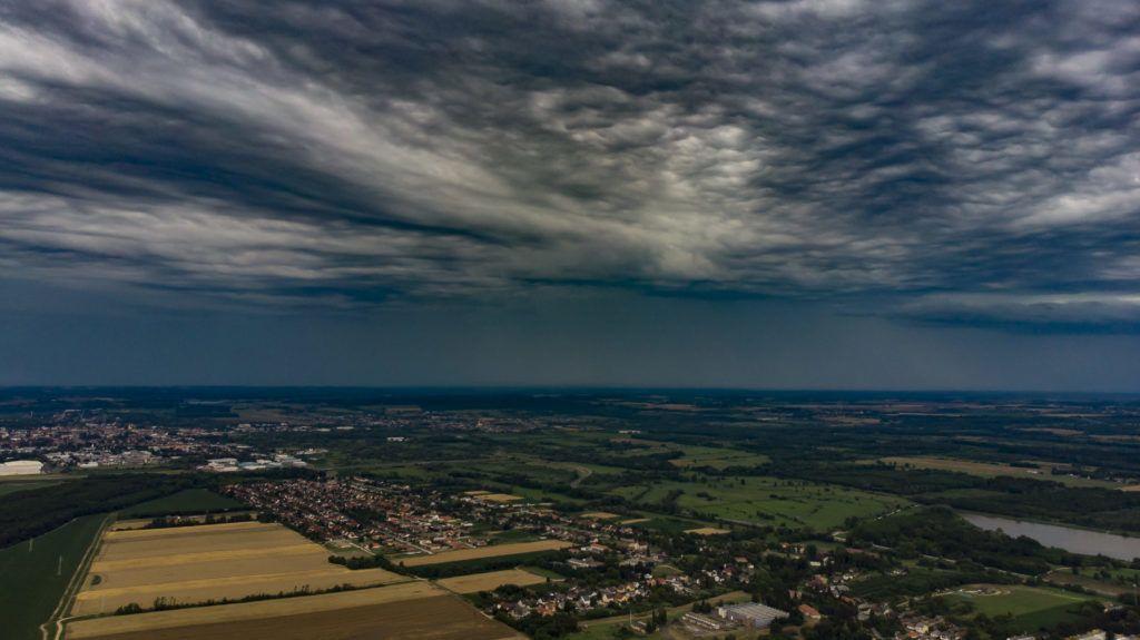 Nagykanizsa, 2019. július 7. Zivatarfelhõk Nagykanizsa felett 2019. július 7-én. Heves zivatarok veszélye miatt narancssárga (másodfokú) riasztást adott ki Nyugat- és Délnyugat-Dunántúl egyes részeire az Országos Meteorológiai Szolgálat. MTI/Varga György
