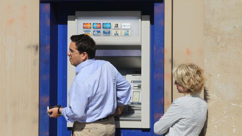 Athén, 2011. szeptember 23. Az EFG Eurobank Ergasias egyik utcai bankjegykiadó automatájából vesz fel pénzt egy férfi a görög fõvárosban, Athénban. A Moody's nemzetközi hitelminõsítõ egyszerre két fokozattal leminõsített nyolc görög bankot többek között azzal az indokkal, hogy az emberek kivonják a megtakarításokat a betéteikbõl, a pénzintézetek pedig egyre függõbb helyzetbe kerülnek az Európai Központi Bank hiteltámogatásától, miközben tovább romlik a gazdasági környezet az adósságválsággal küzdõ Görögországban. (MTI/EPA/Oresztisz Panajotu)