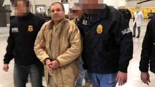 """New York, 2017. január 20.A mexikói belügyi biztonsági szolgálat tagjai Joaquín """"El Chapo"""" Guzmán megbilincselt mexikói drogbárót New Yorkba szállítják 2016. január 20-án, miután az amerikai határ mellett fekvő Ciudad Juárez börtönében előző nap átadták az amerikai hatóságoknak. Az egyik legnagyobb kábítószer-maffiát, a Sinaloa-kartellt vezető Joaquín Guzmán kétszer is megszökött Mexikó legszigorúbban őrzött börtönéből. Egy évvel ezelőtt sikerült ismét kézre keríteni. (MTI/EPA/SEGOB)"""