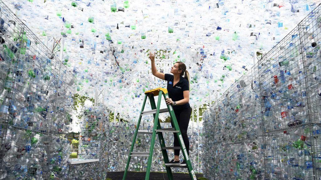 London, 2018. május 24.Nick Wood brit művész Waste of Space című alkotását építik meg a Londoni Állatkertben 2018. május 24-én. Az installációt a londoni vízi utakról begyűjtött 15 000 darab, egyszer használatos műanyag palackból állítják össze. Percenként ennyi eldobható palackot vásárolnak az emberek Nagy-Britanniában. (MTI/EPA/Neil Hall)