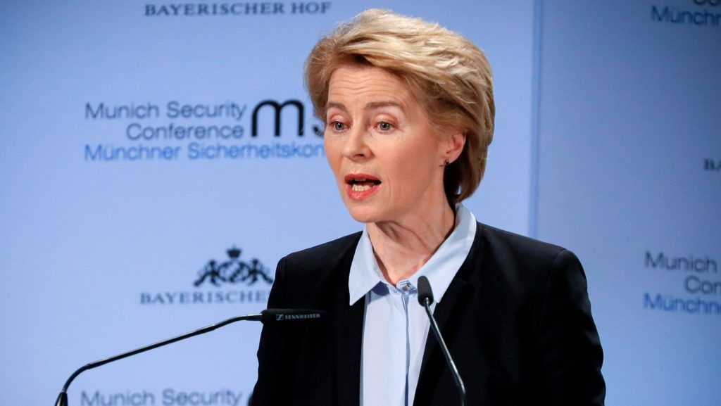 München, 2019. február 15. Ursula von der Leyen német védelmi miniszter beszédet mond az 55. müncheni nemzetközi biztonságpolitikai konferencián 2019. február 15-én. A mintegy negyven állam- és kormányfõ, továbbá közel száz miniszter részvételére számot tartó idei tanácskozást február 15. és 17. között rendezik a német nagyváros Bayerischer Hof szállodájában. MTI/EPA/Ronald Wittek