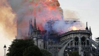 Párizs, 2019. április 15. Lángol a párizsi Notre-Dame-székesegyház tetõszerkezete 2019. április 15-én. A tûz a restaurálási munkálatokhoz felállított állványzaton keletkezett és onnan terjedt tovább. MTI/EPA/Ian Langsdon