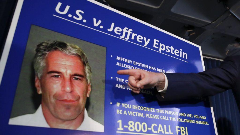 New York, 2019. július 8. Geoffrey Berman New York déli körzetének ügyésze sajtótájékoztatót tart Jeffrey Epstein amerikai milliárdos letartóztatása ügyében New Yorkban 2019. július 8-án.  A 66 éves Epstein 2019. július 6-án letartóztatták kiskorúak szexuális zaklatása és emberkereskedelem gyanúja miatt New Jerseyben. 2002 és 2005 között New Yorkban és Floridában elkövetett, több tucatnyi kiskorú lány elleni szexuális visszaélés, emberkereskedelem, és pedofília gyanúja miatt a manhattani szövetségi bíróság vádat emelt a milliárdos ellen. MTI/EPA/Jason Szenes