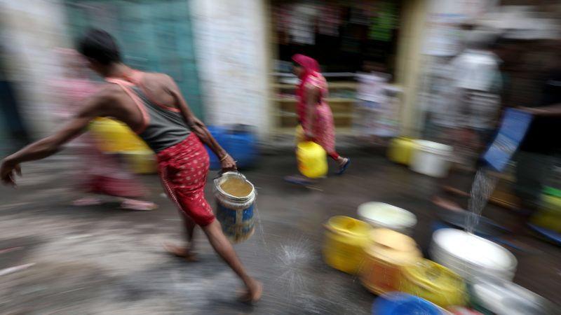 Kolkata, 2019. július 9. Mûanyag edényeket töltenek meg az emberek ivóvízzel egy tartálykocsiból az indiai Kolkatában 2019. július 9-én. Az indiai kormánynak a fenntartható fejlõdést és infrastruktúrát vizsgáló tanácsadó szervezete, a NITI felmérése szerint számos indiai államot tartós vízhiány fenyeget, az ivóvízkészlet két éven belül elapadhat az éghajlatváltozás és a túlnépesedés miatt. MTI/EPA/Pijal Adhikari