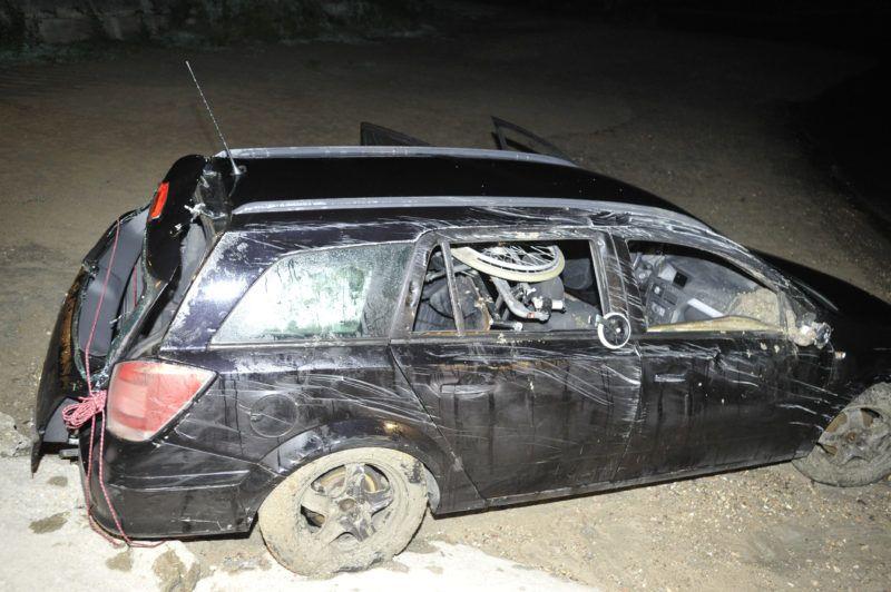 Nagymaros, 2019. július 15. Összeroncsolódott személyautó a nagymarosi kompkikötõnél 2019. július 14-én. A gépjármû a Dunába gurult, a benne tartózkodó férfi életét vesztette. MTI/Mihádák Zoltán
