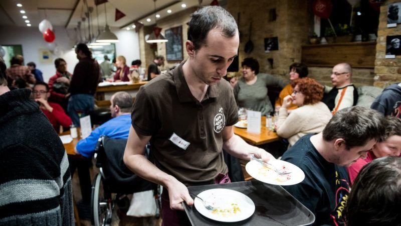Budapest, 2017. január 27. Egy pincér felszolgál a budapesti Nem Adom Fel kávézóban 2017. január 27-én. Az egy éve megnyílt presszóban fogyatékkal élõk dolgoznak. MTI Fotó: Balogh Zoltán