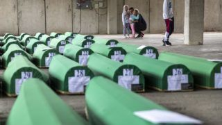 Potocari, 2019. július 11. Hozzátartozók a srebenicai tömegmészárlás harminchárom újonnan azonosított áldozatának földi maradványait tartalmazó koporsóknál a vérengzés központi emlékhelyén, a Szarajevótól 150 kilométerre, északkeletre fekvõ Srebrenica melletti Potocariban 2019. július 10-én, a vérengzés 24. évfordulója elõtti napon. A boszniai háború alatt, a második világháború óta elkövetett legsúlyosabb európai tömegmészárlás során boszniai szerbek mintegy nyolcezer fegyvertelen muzulmán férfit és fiút gyilkoltak meg. MTI/AP/Darko Bandic
