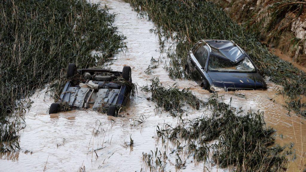 Tafalla, 2019. július 9. A Cidacos folyóban autók az észak-spanyolországi Navarra tartományban fekvõ Tafallában 2019. július 9-én, miután a nagy mennyiségû esõ áradásokat okozott a térségben. Egy férfi életét vesztette, akinek autóját elsodorta a víz. MTI/EPA/EFE/Jesus Diges