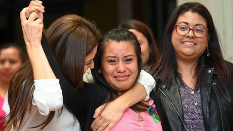 Salvadorean rape victim Evelyn Hernandez (C) celebrates with her lawyers after being cleared of murder after giving birth to a stillborn baby at home in 2016, at Ciudad Delgado's court in San Salvador on August 19, 2019. - El Salvador has an extremely strict abortion ban. (Photo by Oscar Rivera / AFP)
