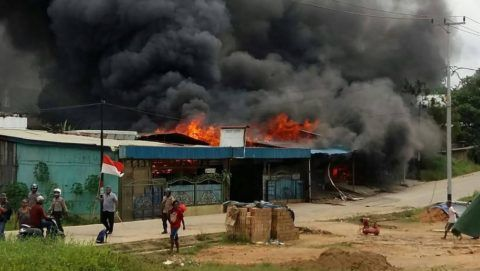A building, set on fire by rioting demonstrators, is seen in Sorong on August 20, 2019. - Indonesian authorities were hunting for more than 250 inmates who escaped a Papua prison set ablaze during violent riots, officials said August 20, as fresh protests broke out in the restive region triggered by reports that authorities tear-gassed and detained some 43 Papuan university students in the Southeast Asian nation's second-biggest city Surabaya on August 17 -- Indonesia's independence day. (Photo by Hasyim Kelirey / AFP)