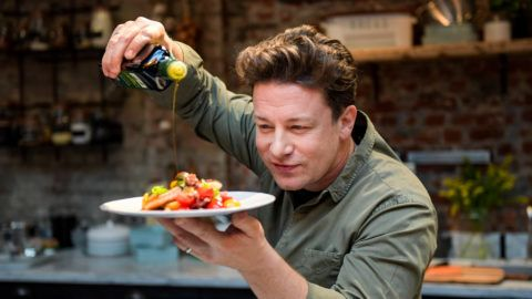 """The British chef Jamie Oliver cooks at the One Kitchen Culinary School in Hamburg, Germany, 6 December 2017. Oliver also presented his book """"5 Ingredients · Quick & Easy Food recipes"""". Photo: Axel Heimken/dpa"""