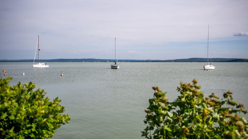 Image: 73885456, Az önkormányzat olyan kikötõ megépítésére kapott engedélyt, amelyikbõl télre sem kell kivenni a hajókat, folyamatos vízforgatással akadályoznák meg, hogy befagyjon a Balaton. A helyiek szerint a tó egyik legszebb partját készülnek tönkretenni, a polgármester szerint fejlesztenek. Riport az északi partról., Place: Révfülöp, Hungary, Model Release: No or not aplicable, Property Release: Yes, Credit: smagpictures.com