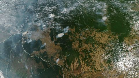 """This handout NASA Earth Observatory image obtained on August 21, 2019, captured by Moderate Resolution Imaging Spectroradiometer (MODIS) on NASA's Aqua satellite shows several fires burning in the Brazilian states of Amazonas (top C-L), Para (top R), Mato Grosso (bottom R) and Rondonia (bottom C) on August 11, 2019, while Bolivia appears on the left bottom of the image. (Photo by HO / NASA Earth Observatory / AFP) / RESTRICTED TO EDITORIAL USE - MANDATORY CREDIT """"AFP PHOTO / NASA / LAUREN DAUPHIN / HO"""" - NO MARKETING - NO ADVERTISING CAMPAIGNS - DISTRIBUTED AS A SERVICE TO CLIENTS"""