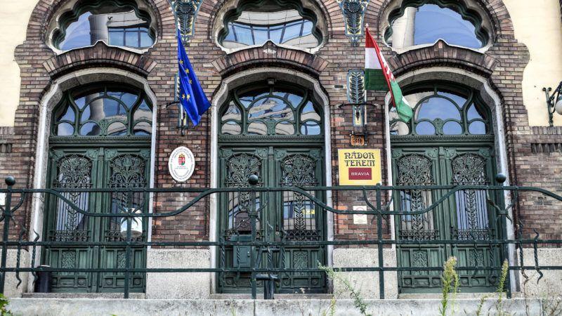 Budapest, 2018. szeptember 8. A Vakok Óvodája, Általános Iskolája, Szakiskolája, Készségfejlesztő Iskolája, Egységes Gyógypedagógiai Módszertani Intézménye, Kollégiuma és Gyermekotthona épületének főbejárata a XIV. kerület Ajtósi Dürer sor 39-ben. Az intézménynek helyet adó épület 1899 és 1904 között épült Baumgarten Sándor (1864–1928) és Herczegh Zsigmond (1848–1914) tervei szerint, a Lechner Ödön alkotásait követő szecessziós stílusban. MTVA/Bizományosi: Róka László  *************************** Kedves Felhasználó! Ez a fotó nem a Duna Médiaszolgáltató Zrt./MTI által készített és kiadott fényképfelvétel, így harmadik személy által támasztott bárminemű – különösen szerzői jogi, szomszédos jogi és személyiségi jogi – igényért a fotó készítője közvetlenül maga áll helyt, az MTVA felelőssége e körben kizárt.
