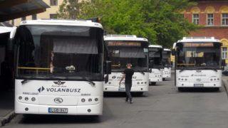 Budapest, 2015. május 4. Egy férfi tart az egyik autóbusz felé a Volánbusz Zrt. Széna téri autóbusz végállomásán, ahol a helyközi járatokon közlekedõ autóbuszok várnak az indulásra. Jobbra az egyik autóbusz éppen elindul a fõváros-környéki településekre. MTVA/Bizományosi: Jászai Csaba  *************************** Kedves Felhasználó! Az Ön által most kiválasztott fénykép nem képezi az MTI fotókiadásának, valamint az MTVA fotóarchívumának szerves részét. A kép tartalmáért és a szövegért a fotó készítõje vállalja a felelõsséget.