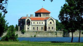 Tata, 2017. június 8. A tatai vár az Öreg-tó partján, amelynek elsõ változatát Luxemburgi Zsigmond király építtette 1397–1409 között. A négyzetes alaprajzú, négy saroktornyos, belsõ udvaros várnak ma már csak a délkeleti szárnya áll. 1954 óta e várépületében mûködik a Kuny Domokos Megyei Múzeum. MTVA/Bizományosi: Jászai Csaba  *************************** Kedves Felhasználó! Ez a fotó nem a Duna Médiaszolgáltató Zrt./MTI által készített és kiadott fényképfelvétel, így harmadik személy által támasztott bárminemû – különösen szerzõi jogi, szomszédos jogi és személyiségi jogi – igényért a fotó készítõje közvetlenül maga áll helyt, az MTVA felelõssége e körben kizárt.