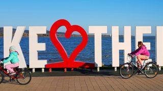 Keszthely, 2018. november 17. Gyerekek kerékpároznak el a Balaton-partot díszítõ óriás Keszthely felirat elõtt õszi napsütésben. A városnév két betûje piros szívet formáz, jelezve, hogy a település a helyiek és sok oda látogató turista kedvence.  MTVA/Bizományosi: Jászai Csaba  *************************** Kedves Felhasználó! Ez a fotó nem a Duna Médiaszolgáltató Zrt./MTI által készített és kiadott fényképfelvétel, így harmadik személy által támasztott bárminemû – különösen szerzõi jogi, szomszédos jogi és személyiségi jogi – igényért a fotó készítõje közvetlenül maga áll helyt, az MTVA felelõssége e körben kizárt.