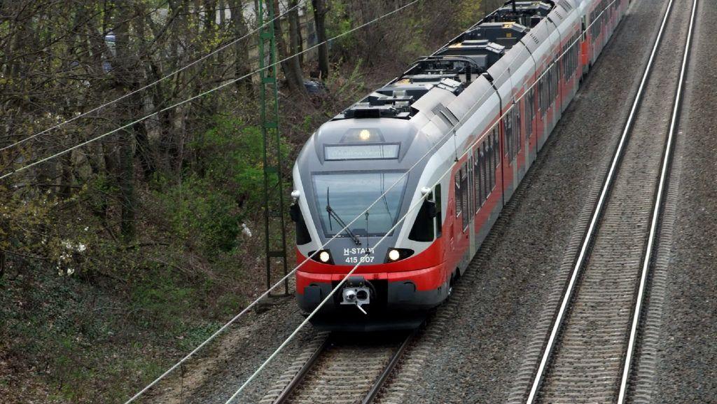 Budaörs, 2019. április 4.A MÁV Start Zrt. egyik modern Stadler Flirt személyvonata halad Kelenföld irányába a nyílt vasúti pályán Budaörs határában.MTVA/Bizományosi: Jászai Csaba ***************************Kedves Felhasználó!Ez a fotó nem a Duna Médiaszolgáltató Zrt./MTI által készített és kiadott fényképfelvétel, így harmadik személy által támasztott bárminemû – különösen szerzõi jogi, szomszédos jogi és személyiségi jogi – igényért a fotó készítõje közvetlenül maga áll helyt, az MTVA felelõssége e körben kizárt.